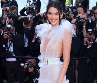 Nahé šaty v Cannes: Herečky bojují za práva žen, modelky se svlékají!