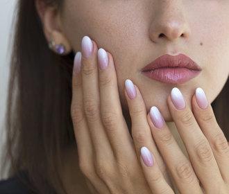 Ombré nehty: Jak si udělat stínovanou manikúru doma?