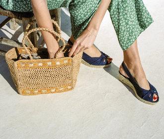 Kde právě teď koupit ty nejhezčí sandály na klínku nebo na platformě?