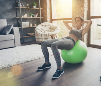 Nejlepší cviky na ploché břicho, které zvládnete doma. Pomůže gymnastický míč!