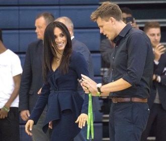 Vévodkyně Meghan s novým účesem a v nařasené halence. Je opravdu těhotná?
