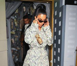 Kim Kardashian v kontroverzním modelu. Dává tak najevo lásku k penězům?