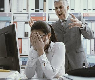 Nešťastná v práci? Jak se zachovat, když vás šikanují kolegové nebo šéf