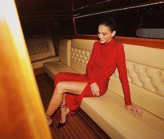 15 nejkrásnějších červených šatů na Štědrý večer