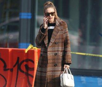 Módní ikony si zamilovaly kostkovaný kabát. Kde ještě seženete podobný?