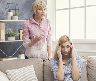Kdy už vám mluví rodiče do života moc a jak to zastavit
