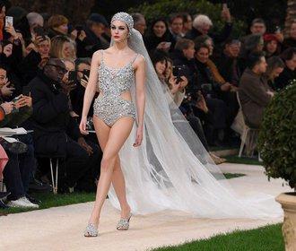 Nevěsty v šatech od Lagerfelda: Od Claudie Schiffer po letošní krásku v plavkách