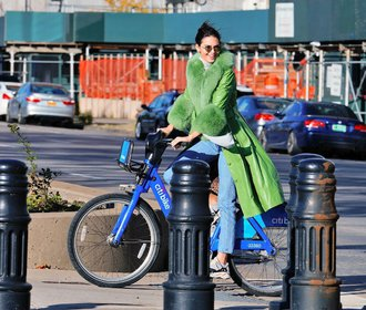 Skandinávská extravagance: Ultra barevné kabáty, které si oblíbily i celebrity