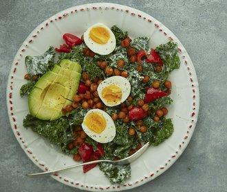 Barevný oběd: Vyzkoušejte kadeřávkový salát s cizrnou a avokádem!