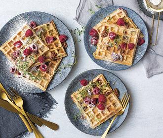 Víkendová snídaně podle Karolíny Four: Vafle z celozrnné mouky s malinami a pekany