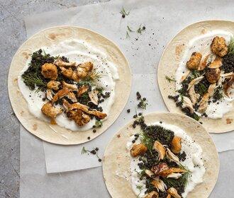 Lehký a sytý oběd: Tortilly s čočkou, pečeným květákem a kuřetem!