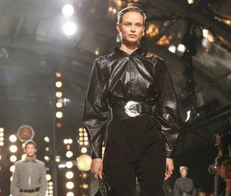 Kalhoty i košile: Trendy kožené kousky, které unosíte teď i na podzim
