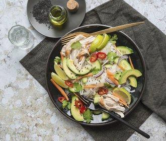 Lehký letní oběd: Salát z rýžových nudlí s kuřetem a avokádem!