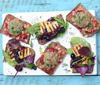 Na zahradní párty: Obložené chleby se sýrem, krůtím masem a ovocem!