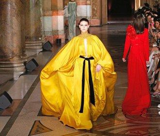 Luxus pro 4000 vyvolených: Nejkrásnější šaty z přehlídek haute couture