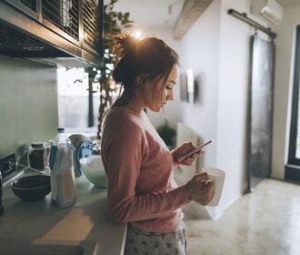 Chcete mít klidnější ráno? Začněte používat mobil jinak!