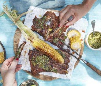 Dokonalé maso: Pečená vepřová žebra se salsou verde a kukuřicí!