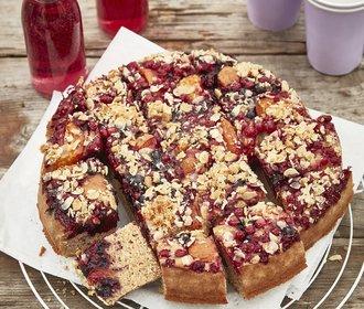 Ideální na piknik: Kelímkový jogurtový koláč s ovocem!