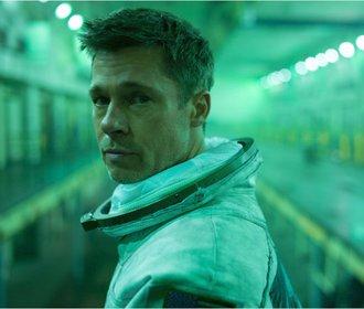 Zářijové filmové premiéry: Brad Pitt poletí do vesmíru a do kin přichází Nabarvené ptáče!