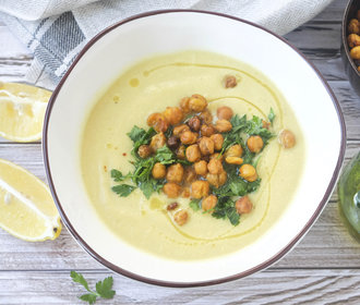 Podzimní polévka, která zasytí i zahřeje. Vyzkoušejte květákovou s cizrnou!