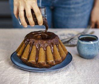 Dýňová sezóna: Vyzkoušejte netradiční bábovku s čokoládovou polevou!