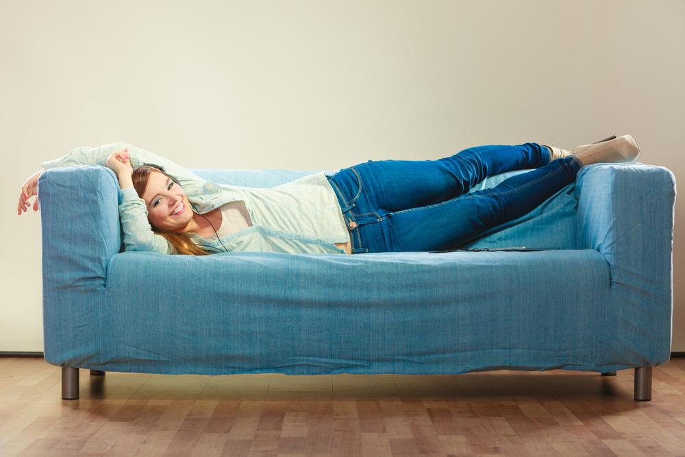 Při ležení na gauči můžete směle posilovat nohy i zadek