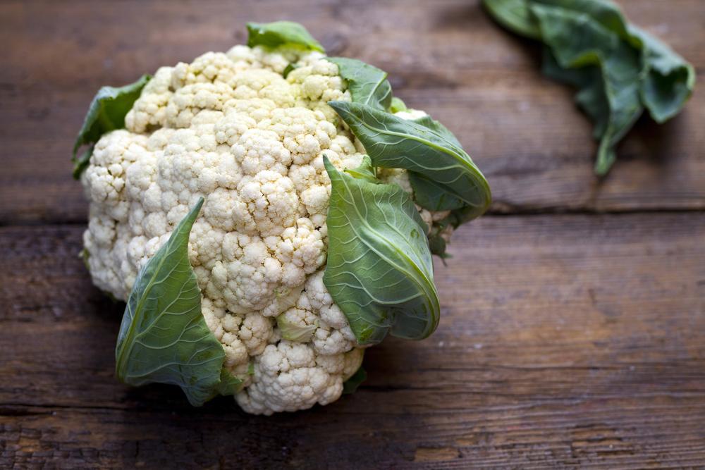 Květák. Je jedno, jestli jste vegetarián anebo se maso vyskytuje na vašem jídelníčku celkem běžně. Květák totiž obsahuje bílkoviny, které potřebujete při hubnutí a správném životním stylu, aby se vám mohly tvořit svaly. Navíc je také bohatým zdrojem vlákniny, která vás zasytí na delší dobu. Mimo to má spousty dalších zdravotních výhod, obsahuje totiž spousty vitamínů a minerálů, které jsou důležité třeba také proti lámání a třepení nehtů