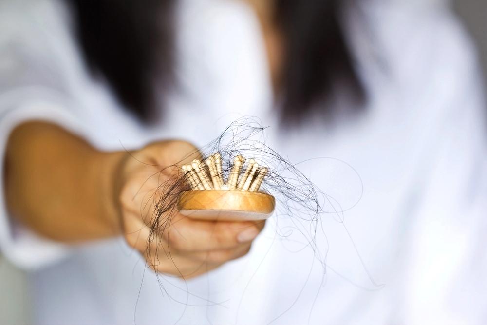 Co způsobuje padání vlasů?