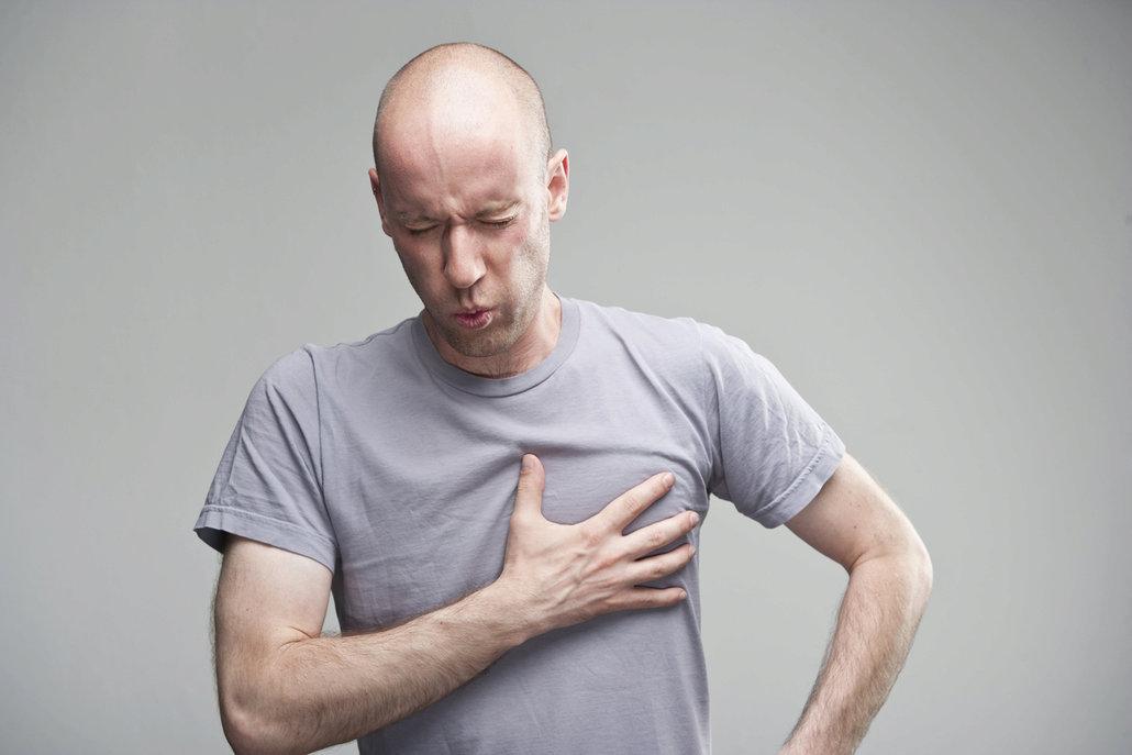 Za bolestí na hrudi se může skrývat obyčejné pálení žáhy nebo také nebezpečný zánět osrdečníku.