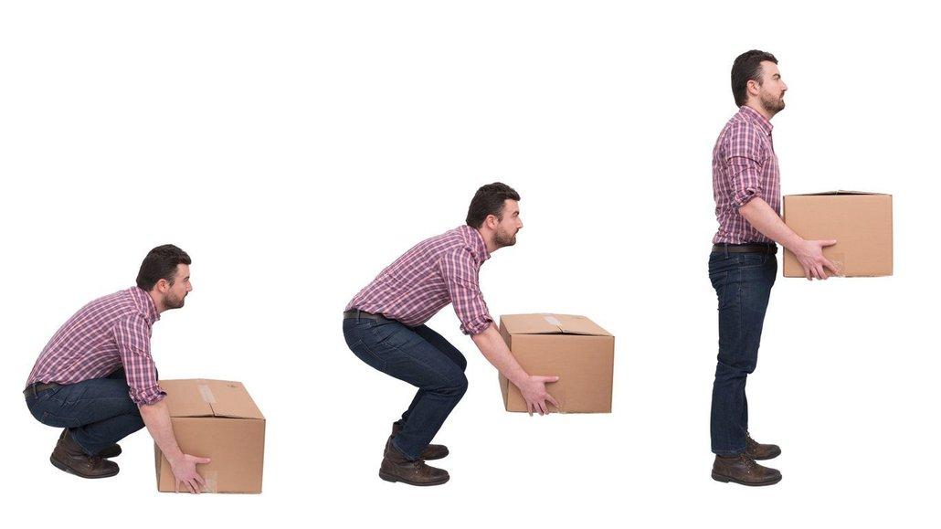 Těžké krabice zvedejte z podřepu a ne předklonem
