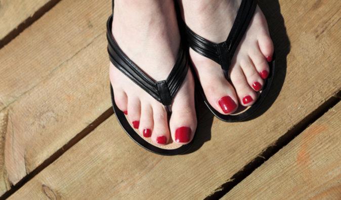 Letní boty: Proč škodí žabky a jak si na chození ve vedru vybrat správně