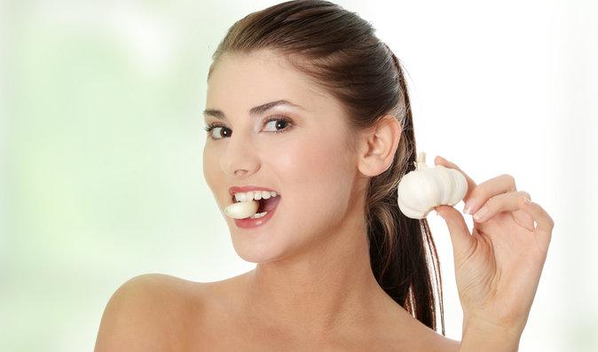 Pravidelná konzumace česneku funguje jako prevence vysokého krevního tlaku a vysokého cholesterolu