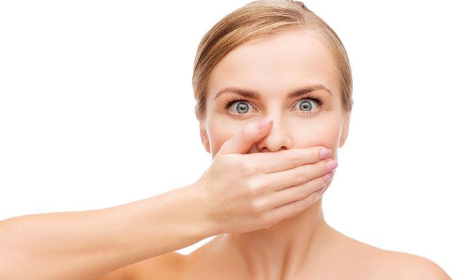 Co všechno o vás prozradí zápach z úst? Málo pijete, ale může to být i vážnější!