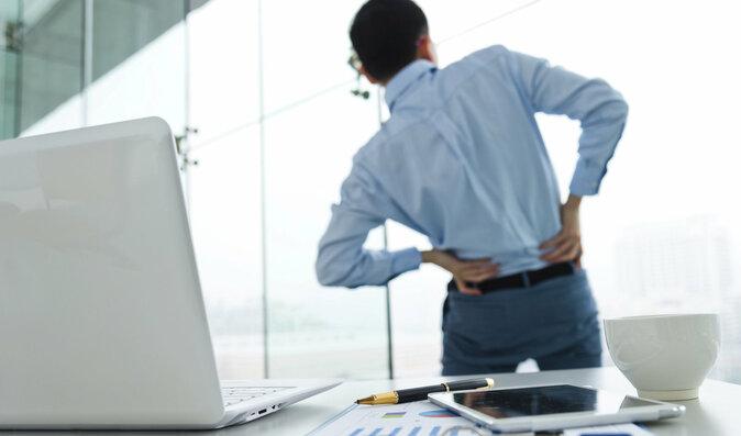 Skoro všichni muži nad 40 let trpí bolestmi páteře. Jak se jich účinně zbavit?