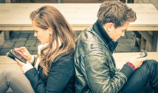 7 varovných příznaků závislosti na komunikačních technologiích: Jak na digitální detox?
