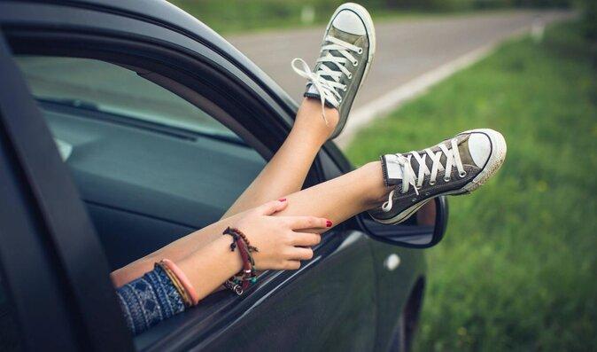 Nohy v autě