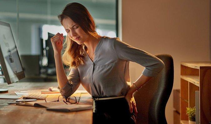 Dlouhé sezení v kanceláři způsobuje ochabnutí zádových svalů