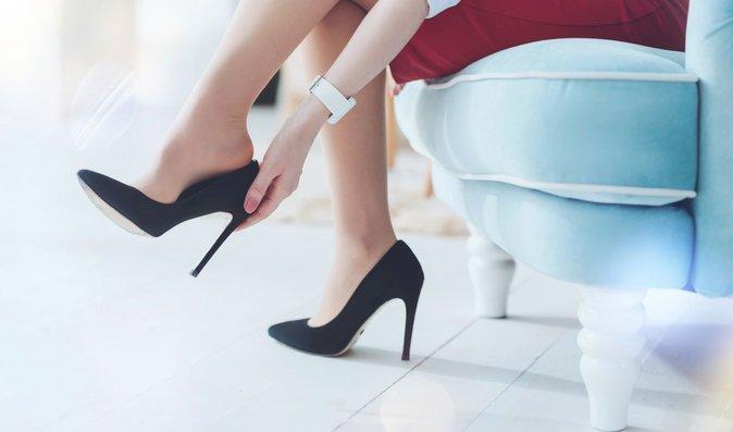 Vysoké podpatky ani ploché boty zádům nesvědčí