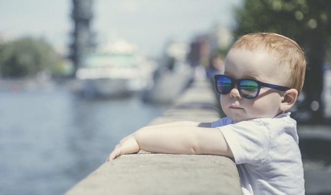 Děti a sluneční brýle: Kdy spíše škodí a od kterého roku je dítěti dejte?
