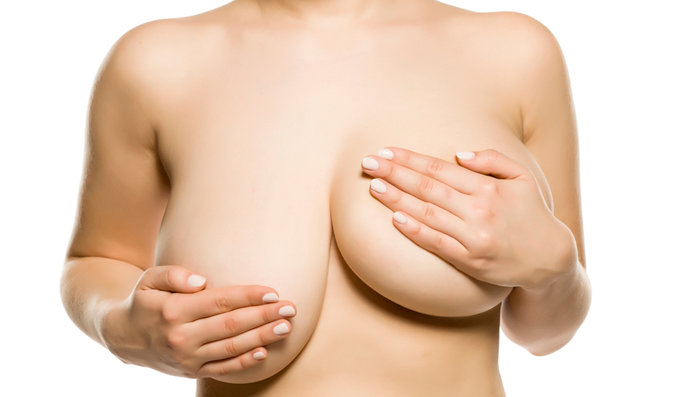 Velká prsa mohou způsobovat řadu bolestí. Kdy je zmenšení řešením a jak probíhá?