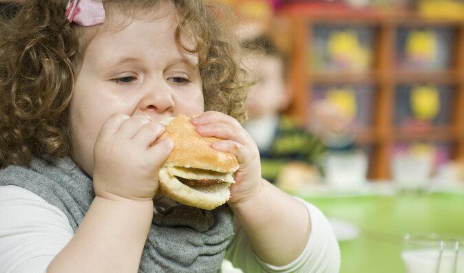 Jak rodiče z dětí dělají tlouštíky. Není lepší mít potomky zdravé?