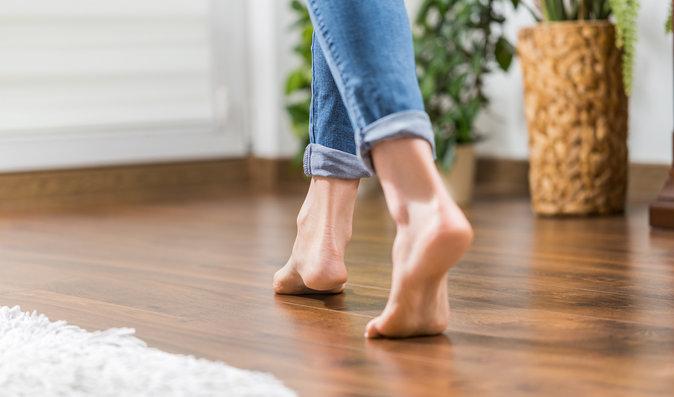 Zdravé nohy? Chůze naboso chodidlům škodí, říká odborník