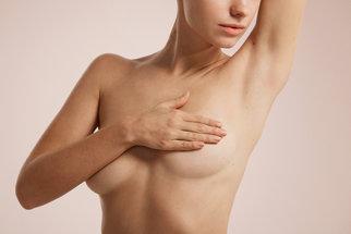 Bulka nahmataná v prsu je pro pacientku šok, ale ne vždy znamená rakovinu