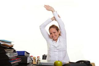 Bolí vás záda od dlouhého sezení? Zkuste tyto cviky!