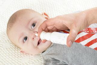 Odsávačka nebo kapky? Jak na rýmu u kojence, který ještě neumí sám smrkat?