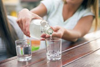 Příliš mnoho vody tělu škodí: Kolik denně vypít a co už je moc?