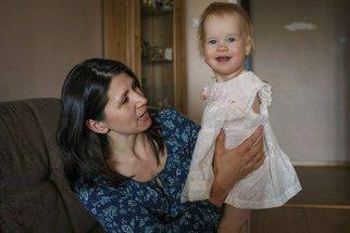 Holčičky se matka vzdala ihned po porodu, jakmile ji poprvé spatřila. Jak vypadá dnes? Z toho zabolí u srdce…