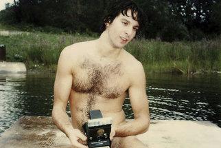 18 let zachycených na každodenních fotografiích: Muž vyfotil i svoji smrt!