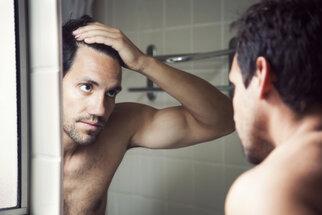 Vlasy na úprku: Estetický a mnohdy i zdravotní problém mužů