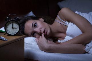 Trápí vás poruchy spánku a nespavost? Víme, jak je léčit